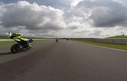 Motocyklista podczas wyścigu został trafiony owiewką - nieprzytomny gnał z prędkością 230 km/h
