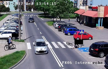 Idiota na rowerze wjechał na przejście dla pieszych wprost pod koła samochodu