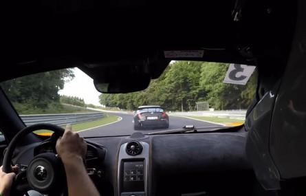 Kierowca-amator stwarza zagrożenie na torze Nurburgring a następnie z niego wypada
