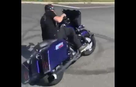 Stunt Harleyem-Davidsonem Road Glide
