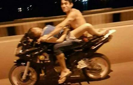 Uprawiali seks jadąc motocyklem po autostradzie