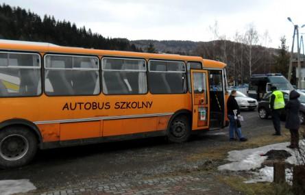 Wiózł dzieci do szkoły niesprawnym autobusem. Do tego miał nogę w gipsie!